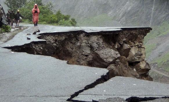 उत्तराखंड में ऋषिकेश-मना हाईवे पर एक सड़क कुछ यूं पानी की धार से बह गई।