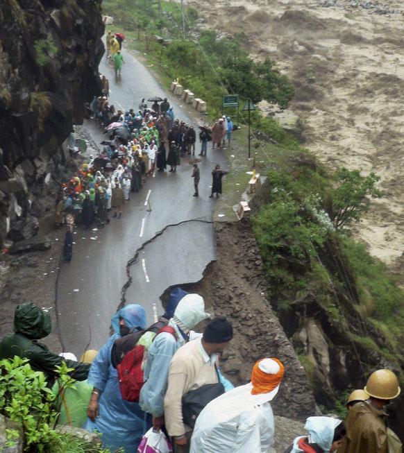 उत्तराखंड के चमोली जिले में हेमकुंट साहिब के पास का एक मंजर जहां बारिश से रोड बह गया।