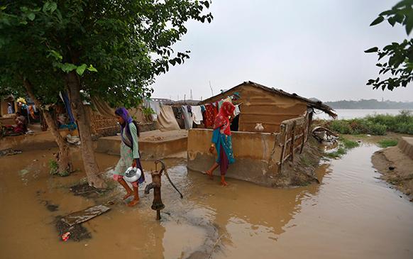 दिल्ली में यमुना के किनारे का मंजर जहां कई घरों में पानी घुस गया है।