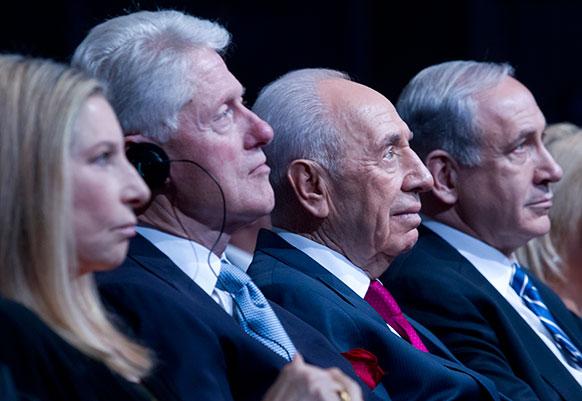 जेरूसलम में इजराइल के राष्ट्रपति सिमोन पेरेज के जन्मदिन पर आयोजित समारोह में शिरकत करने पहुंचे बिल क्लिंटन।