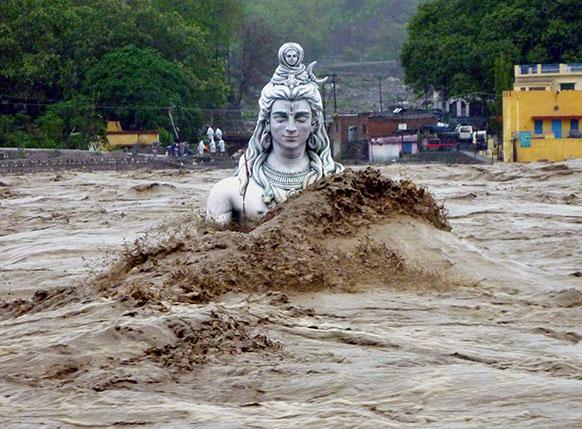 उत्तराखंड के ऋषिकेश में गंगा नदी में हिंदू भगवान शिव की जलमग्न मूर्ति।