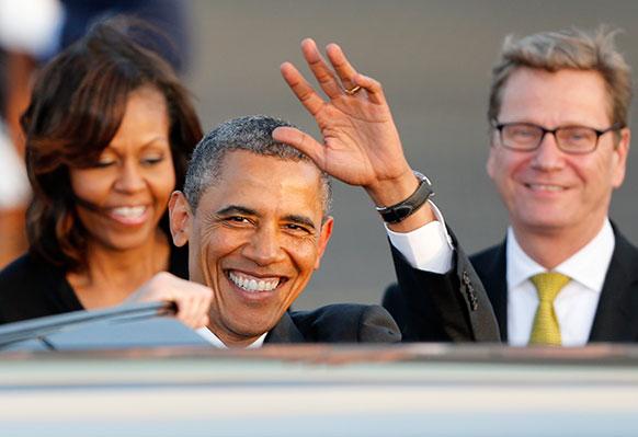 बर्लिन एयरपोर्ट पर अमेरिकी राष्ट्रपति बराक ओबामा अपनी पत्नी मिशेल ओबामा के साथ।