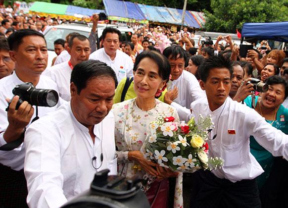 म्यांमार में आंग सान सू ची अपने 68वें जन्मदिन पर पार्टी कार्यालय पहुंची।