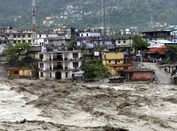बारिश की वजह से उत्तराखंड के कई क्षेत्रों में मकान देखते-देखते पानी की धारा में बह गए।