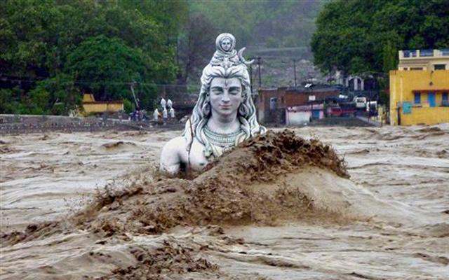 उत्तराखंड के ऋषिकेश में भगवान शिव की जलमग्न मूर्ति। इस मूर्ति को भारी नुकसान पहुंचा है।