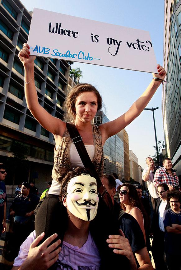 बेरूत में सरकार के खिलाफ प्रदर्शन करते लोग।