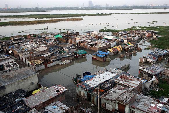 यमुना में आई बाढ़ में डूबा दिल्ली का एक इलाका।