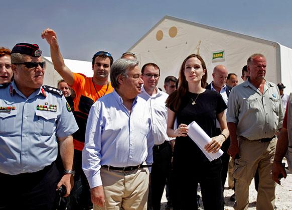 जार्डन में संयुक्त राष्ट्र उच्चायोग (शरणार्थी) की विशेष राजदूत अभिनेत्री एंजेलिना जोली यूएन शरणार्थी प्रमुख एंटोनियो ग्यूटेरस के साथ।