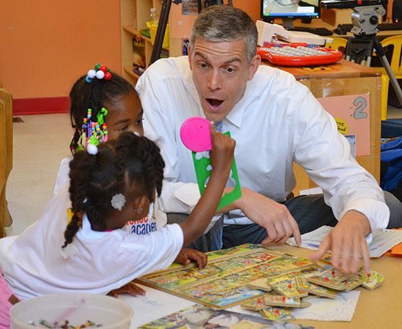 सेंट बेनेडिक्ट सेंटर में बच्चों के साथ अमेरिकी शिक्षा मंत्री अर्ने डंकन।
