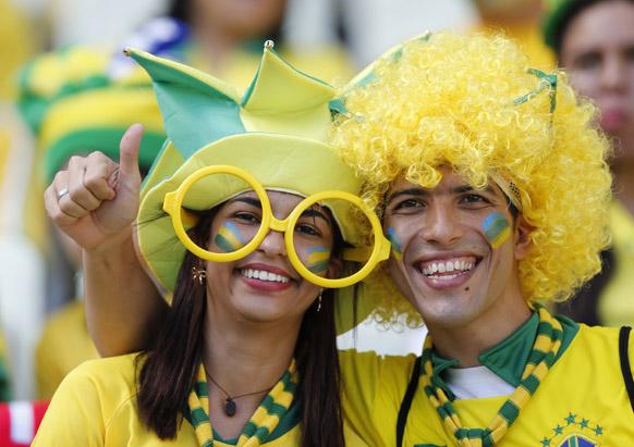 ब्राजील में फुटबॉल मैच के शुरू होने से पहले इंतजार करते फैंस।