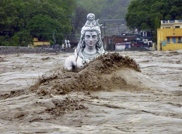 ऋषिकेश में आई बाढ़ में भगवान शंकर की इस प्रतिमा को काफी नुकसान पहुंचा है। इसे फिर से प्रतिस्थापित करने की बात चल रही है।