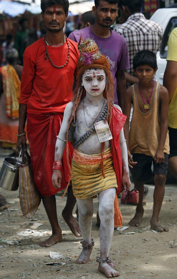 गुवाहाटी के कामाख्या मंदिर में दर्शन के लिए जाता भगवान शिव का रुप धारण कर एक बालक।