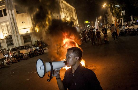 इंडोनेशिया के योगीकार्ता में ईंधन मूल्य वृद्धि के खिलाफ विरोध-प्रदर्शन करते लोग।