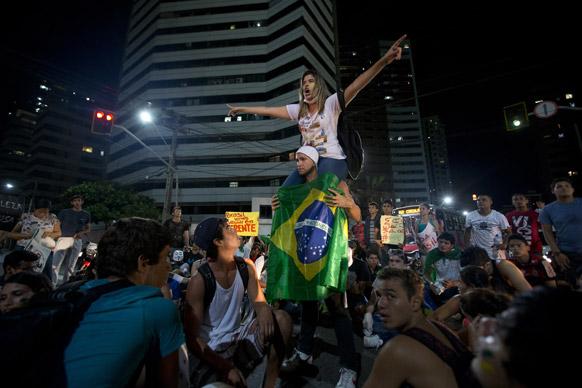 ब्राजील के फोर्टालेजा में सरकार के खिलाफ प्रदर्शन करते लोग।