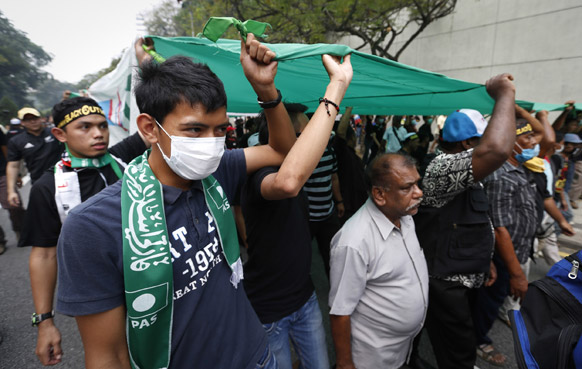 कुआललम्पुर में मतदान में धांधली के खिलाफ विरोध-प्रदर्शन करते लोग।