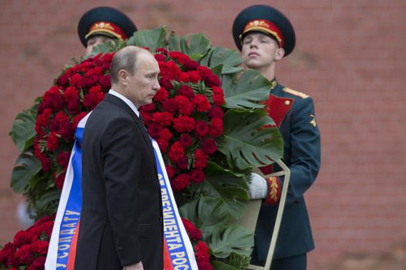 मास्को में एक सैनिक के अंतिम संस्कार में शामिल होते रूस के राष्ट्रपति व्लादिमीर पुतिन।