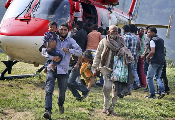 बाढ़ में फंसे लोगों को जोशीमठ में पहुंचाता सेना का हेलीकॉप्टर।