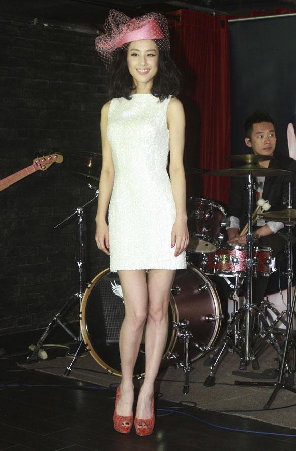 ताइवान के ताइपे में पोज देती चीन की गायिका इवा ह्वांग।