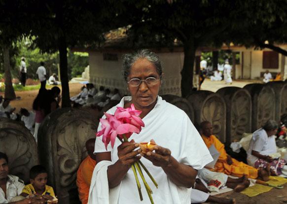 कोलम्बो में प्रार्थना करती एक बौद्ध भिक्षुणी।