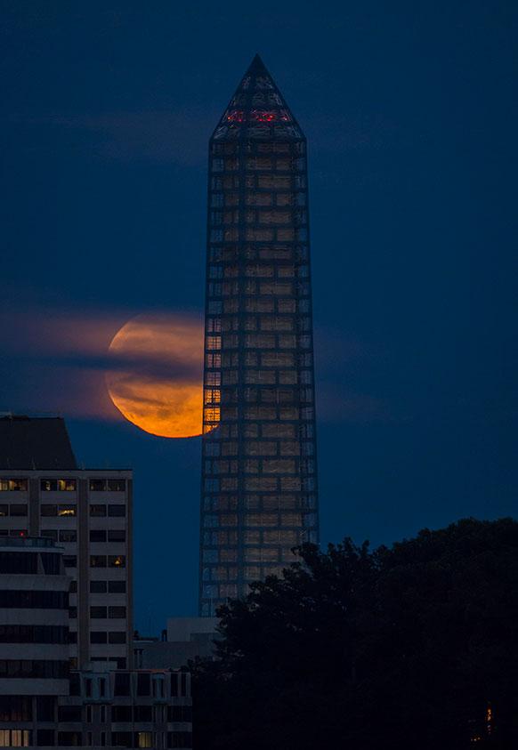 वाशिंगटन स्मारक के पीछे सामान्य से 14 फीसदी बड़े चंद्रमा का अद्भुत दृश्य।
