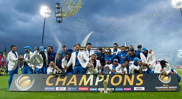 आईसीसी चैंपियंस ट्रॉफी का खिताब जीतने के बाद ब्रिटेन के एजबस्टन स्टेडियम में जश्न मनाते भारतीय खिलाड़ी।