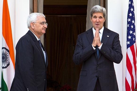नई दिल्ली स्थित हैदराबाद हाउस में अमेरिकी विदेश मंत्री जॉन केरी। साथ में हैं भारत के विदेश मंत्री सलमान खुर्शीद।