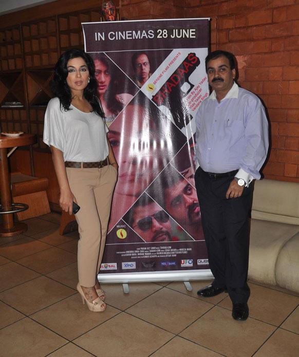 फिल्म भड़ास के एक प्रोमोशनल कार्यक्रम के दौरान निर्देशक अजय यादव के साथ पोज देते हुए मीरा।