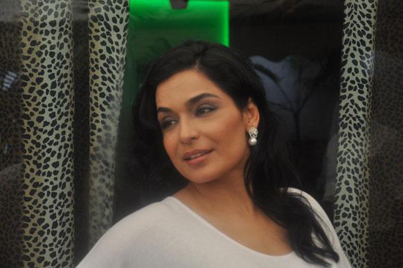 मीरा बॉलीवुड में प्रियंका चोपड़ा को अपना कम्पटीटर मानती हैं।