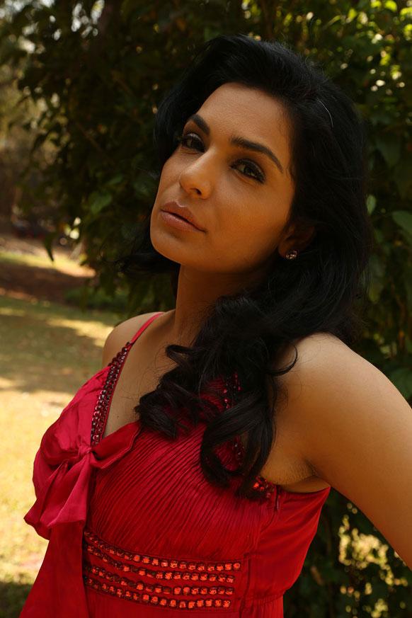 इस फिल्म में मीरा ने एक देसी युवती की भूमिका निभाई है।