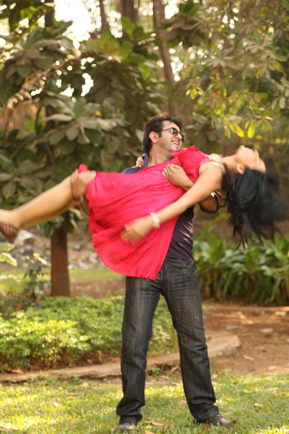 फिल्म के एक रोमांटिक सीन में अपने सह कलाकार आर्यमन के साथ मीरा।