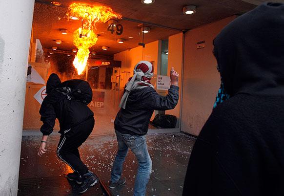 चिली में एक प्रदर्शनकारी एक संस्थान में हंगामा बरपाते हुए।