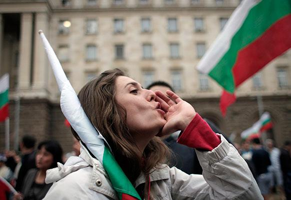 सोफिया में सरकार की नीतियों के खिलाफ नारेबाजी करते लोग।