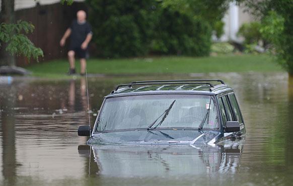 ब्रिस्टल रोड में लेक ज्यूरिक में आई बाढ़ में कार इस तरह डूब गई।