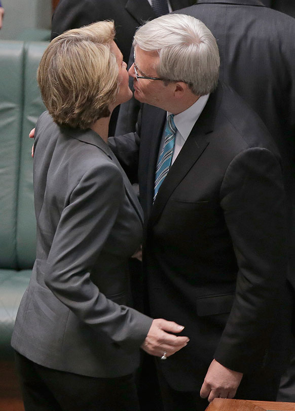 ऑस्ट्रेलिया के नए प्रधानमंत्री केविन रड विपक्ष की नेता जूली बिशप को चूमते हुए।