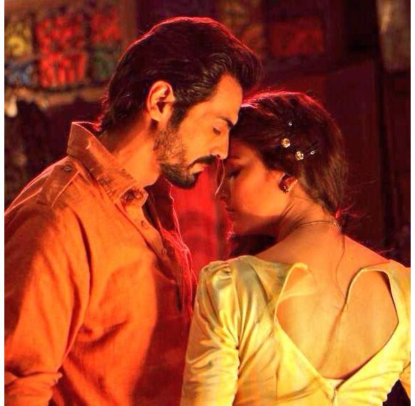 फिल्म डी-डे के एक रोमांटिक सीन में अर्जुन रामपाल और श्रुति हसन।