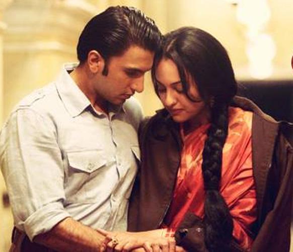 फिल्म लुटेरा के एक सीन में अभिनेता रणवीर सिंह और सोनाक्षी सिन्हा।