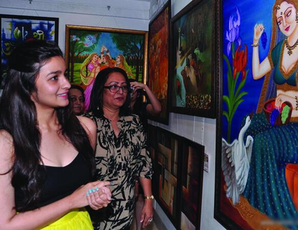 एक पेंटिंग एक्जीबिशन का शुभारंभ करते हुए कमसिन अदाकारा आलिया भट्ट। (फोटो सौजन्य: फिल्मफेयर)।