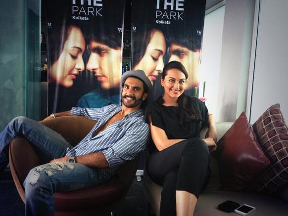 फिल्म लुटेरा के प्रोमोशनल कार्यक्रम के दौरान पोज देते हुए रणवीर सिंह और सोनाक्षी सिन्हा।