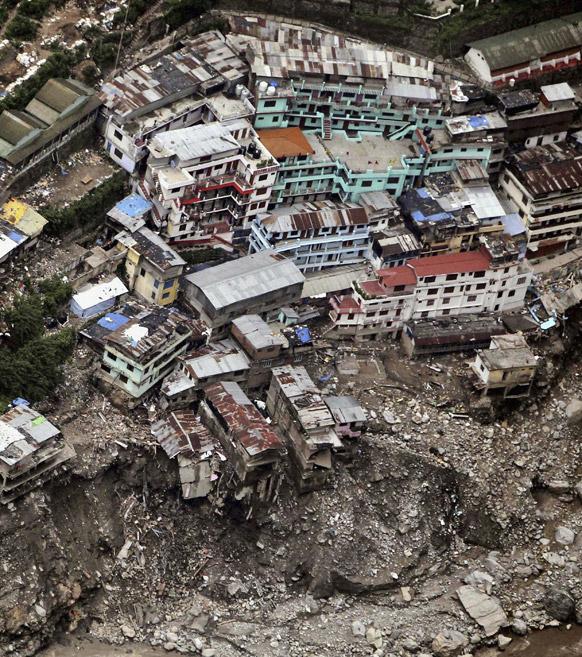उत्तराखंड में बारिश के बाद हुए भूस्खलन से तबाह श्रीनगर की इमारतें।
