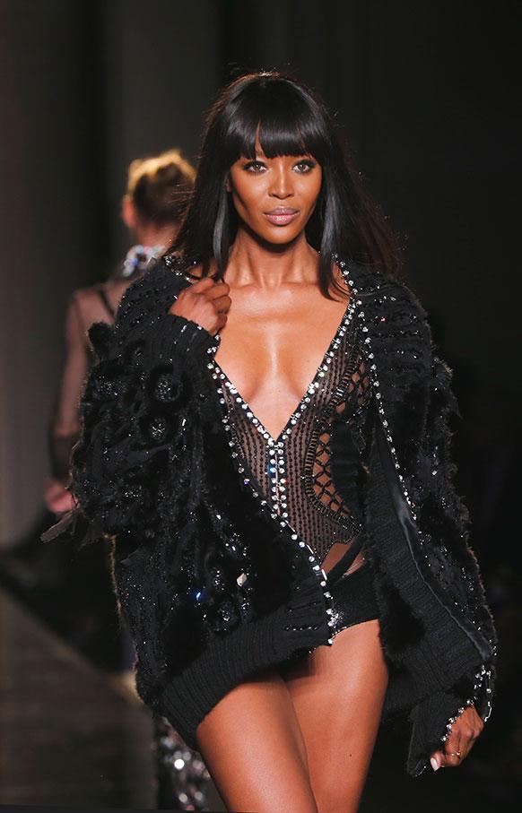 पेरिस में एक फैशन शो के दौरान नुआमी कैंपबेल।