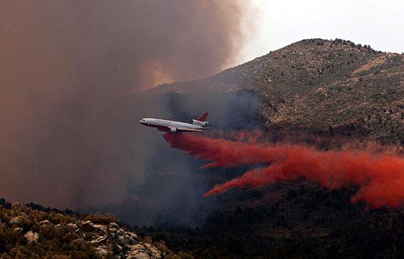 मध्य ऐरिजोना के यार्नेल कस्बे के जंगलों में लगी आग पर काबू पाने का प्रयास करते हुए कम से कम 19 दमकलकर्मियों की मौत हो गयी।