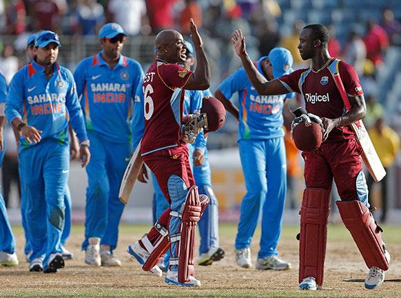 वनडे त्रिकोणीय सीरीज के दूसरे मुकाबले में वेस्टइंडीज ने विश्वविजेता भारत को एक विकेट से हरा दिया।