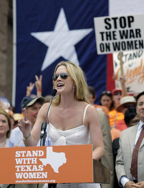 टैक्सास में अभिनेत्री एलेक्जेंद्रा कबोट गर्भपात अधिकार रैली में लोगों को संबोधित करती हुईं।