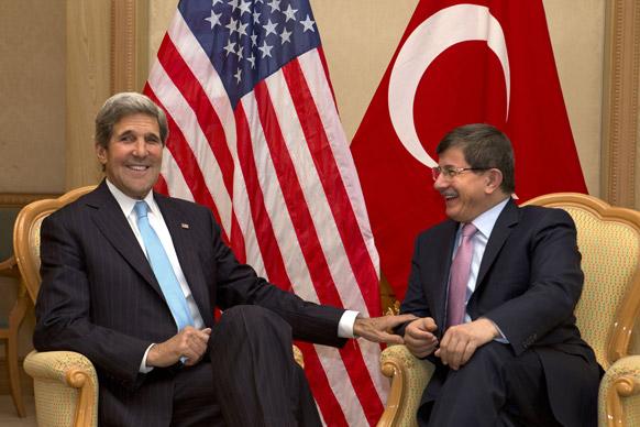 अमेरिकी विदेस मंत्री जॉन कैरी तुर्की के विदेश मंत्री में मुलाकात के दौरान।
