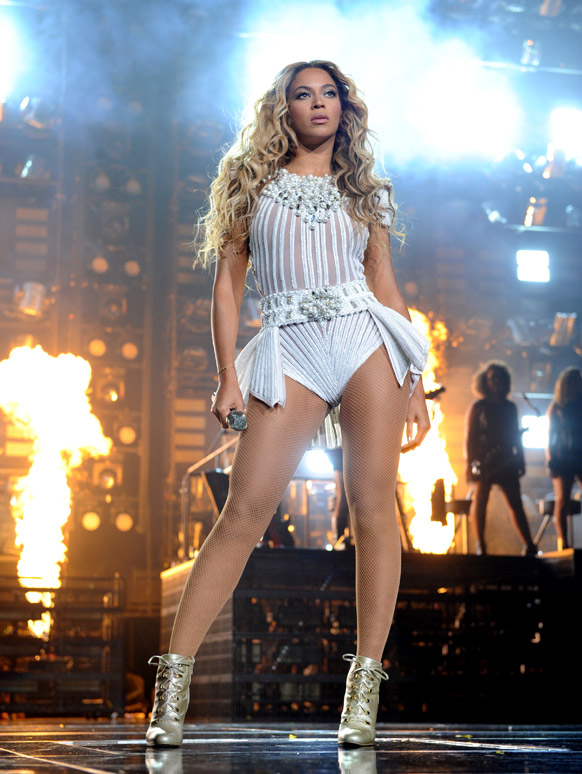 लॉस एंजिल्म में गायिका बेयोंस वर्ल्ड टूर 2013 के कार्यक्रम में प्रस्तुति देती हुई।