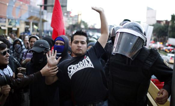 मैक्सिको में सरकार के खिलाफ प्रदर्शन करते लोग।