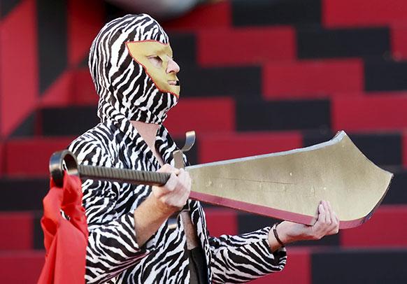 जर्मनी में एक अभिनेता ऑपेरा टॉरनडोट के रिहर्सल के दौरान हाथ में तलवार रखे हुए।