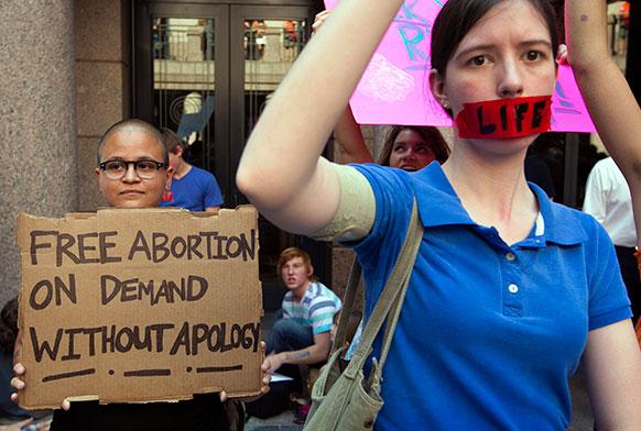 टैक्सास में गर्भपात के समर्थन और विरोध में प्रदर्शन।