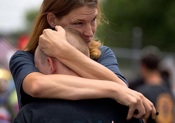 एरिजोना में आगजनी के बाद अपने पुत्र के साथ ईए विंसेंट के साथ।