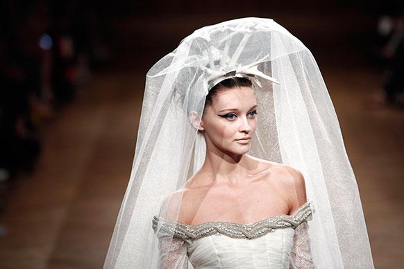 वेनेजुएला के फैशन डिजाइनर ऑस्कर कारवेलो के क्रिएशन को पेश करती मॉडल।